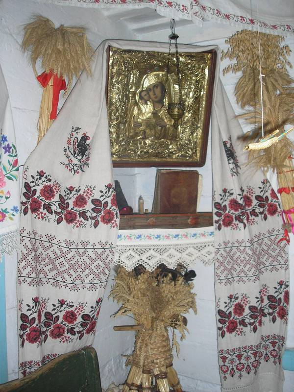 центре монастыря фото старинных русских деревенских рушников это