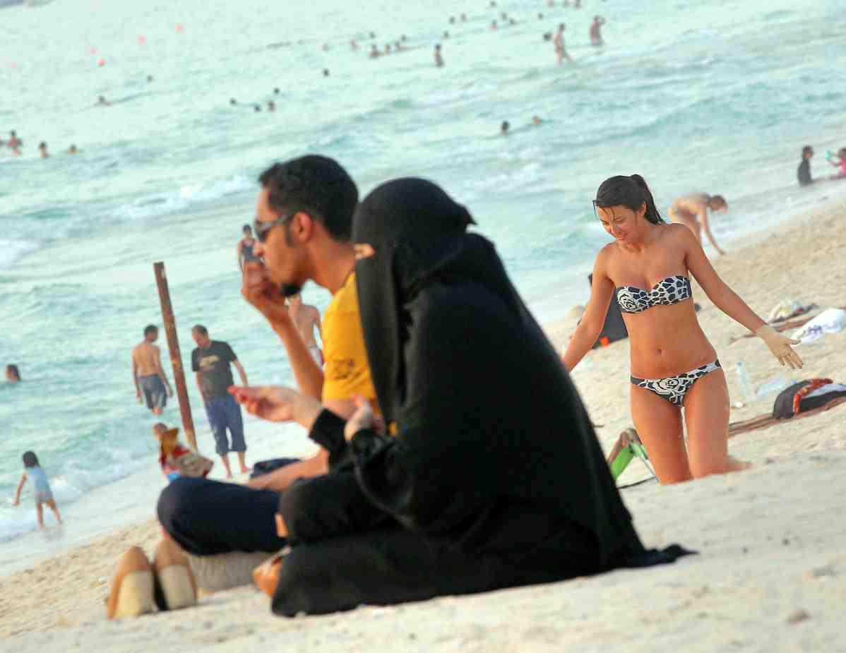 seks-na-plyazhe-v-emiratah