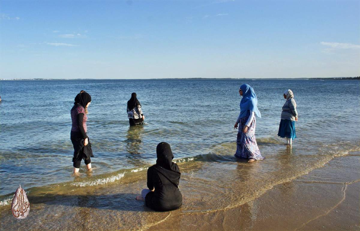 Muslim_women_on_the_beach.jpg